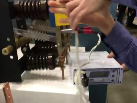 Демонстрация работы микроомметра МИКО-1 на ножевом разъединителе