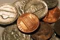 ЦБ РФ понизил официальные курсы доллара и евро