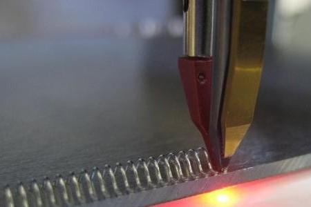 Активный контроль вибрации в ультразвуковой микросварке проволокой