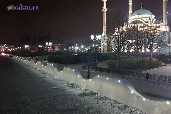 Около центральной Мечети Сердце Чечни в Грозном установили светодиодные светильники