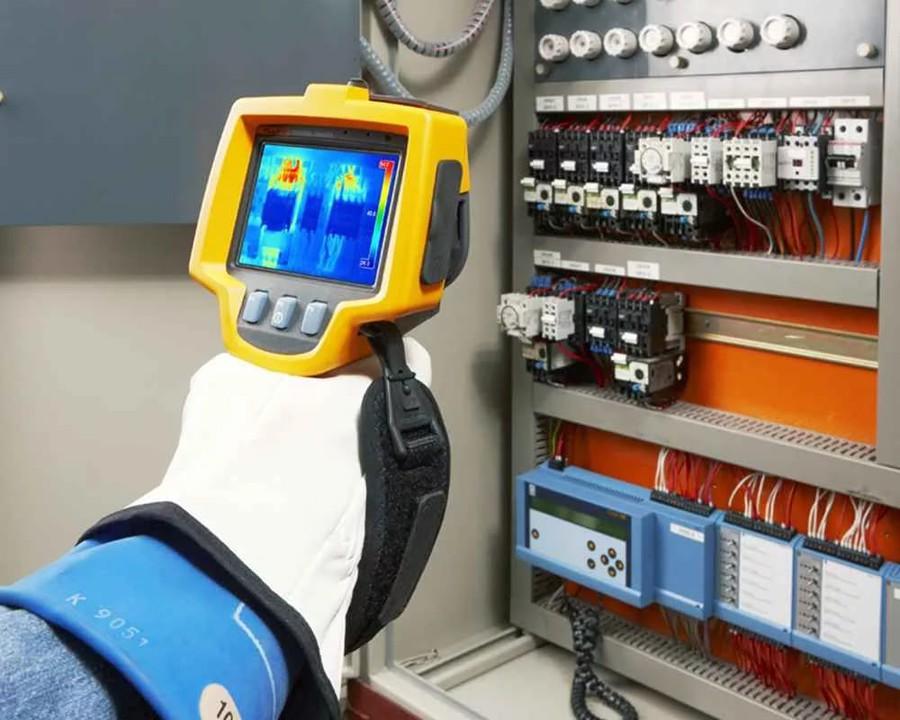 Контроль температуры в электрораспределительном щитке с помощью тепловизора
