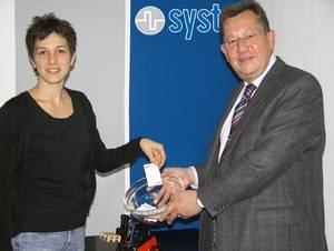 Надежда Илинкова вытягивает карточку сименем победителя розыгрыша Systec наMotek-2008.