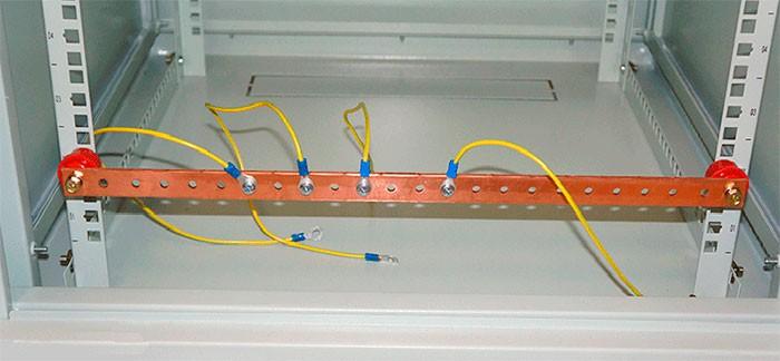 Шина заземления на опорных изоляторах с проводами заземления