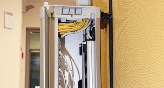 Начинка электроустановочной тумбы HAGER с профилями для крепления блоков розеток